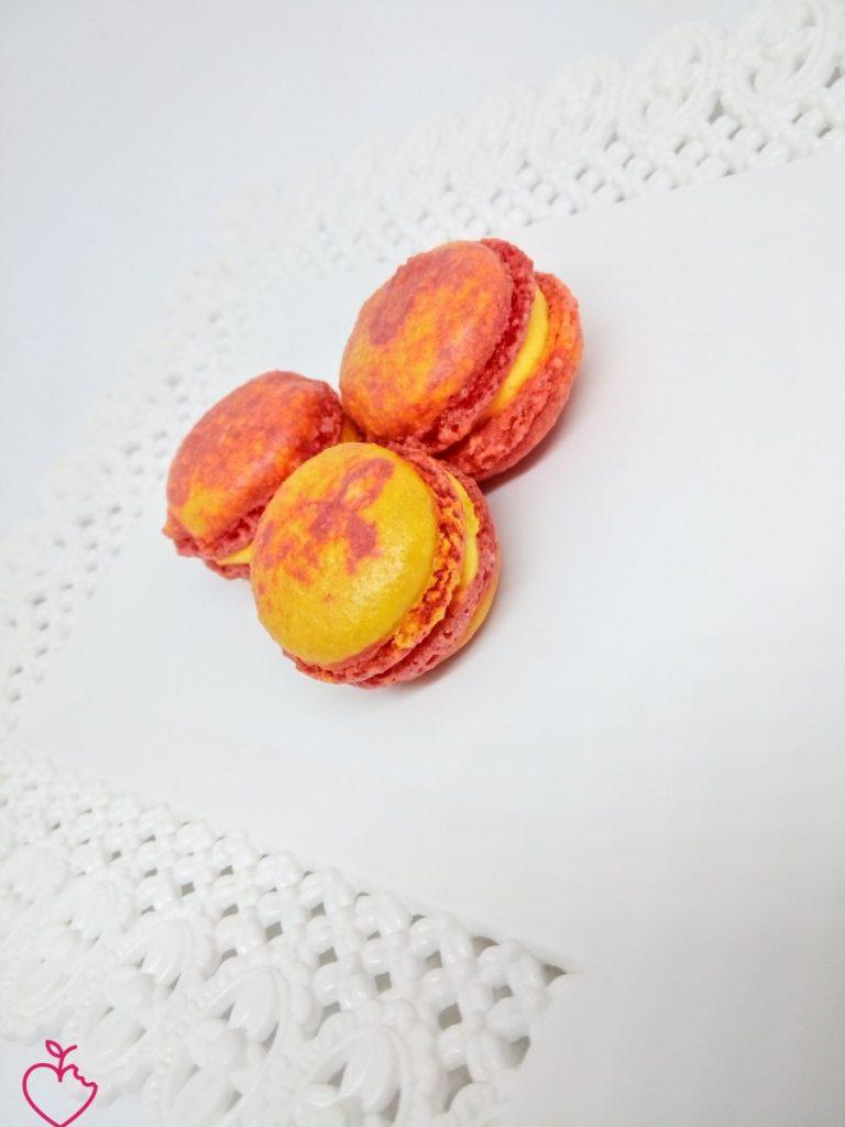 Macaron multicolore con ganache al cioccolato bianco è zafferano