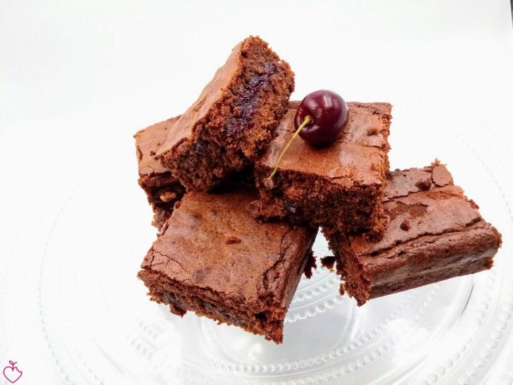 brownies con nocciole e confettura speziata di ciliegie
